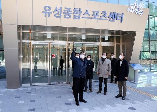 (사진2) 정용래 유성구청장, 개관 앞둔 '유성종합스포츠센터' 현장 점검.jpg